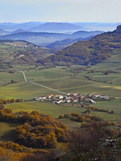 Arteta, Valle de Ollo, con los Pirineos al fondo